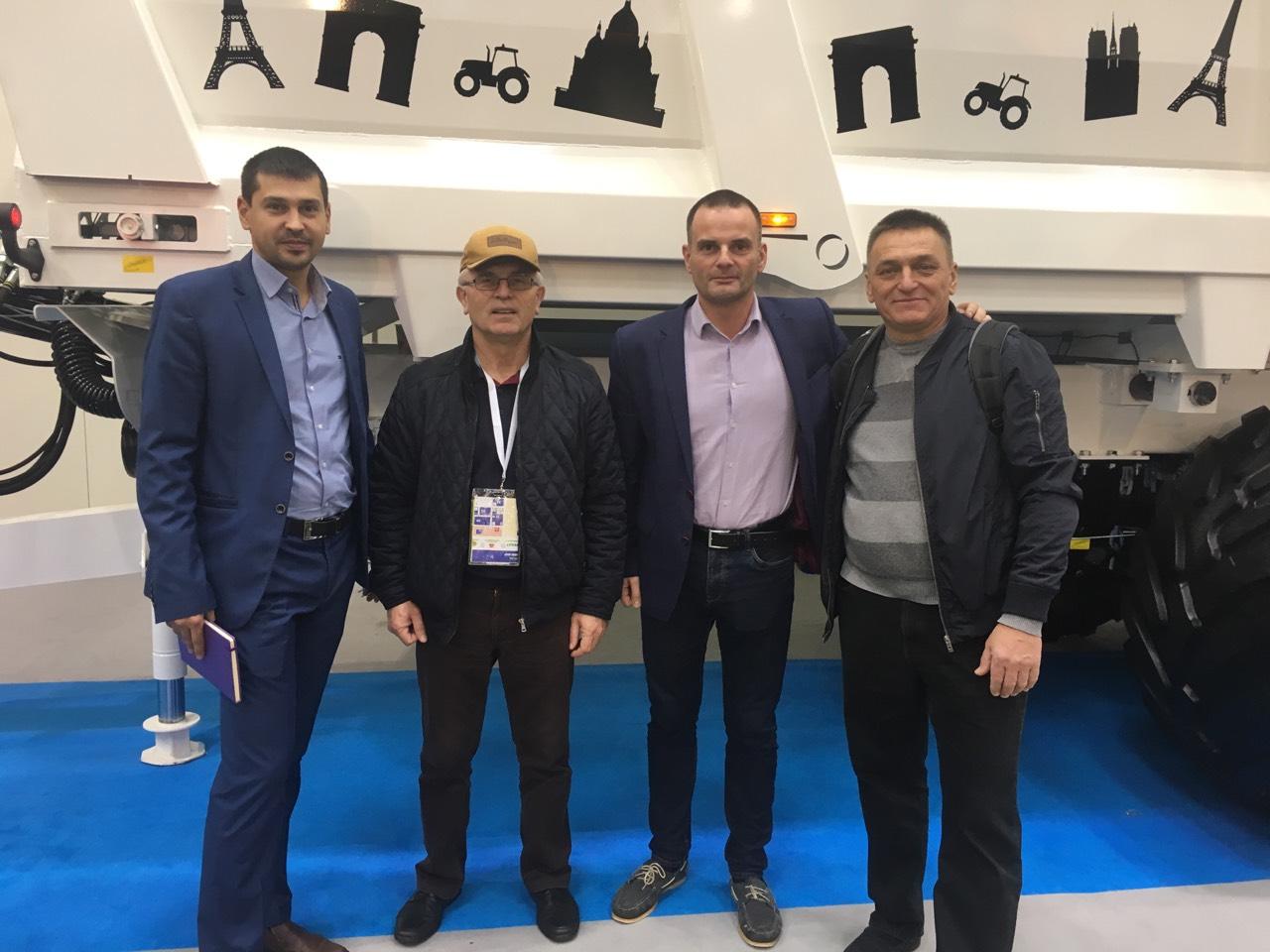 Представники ПП «Західний Буг» Юрій Одноріг (другий зліва) та Ігор Біскуп (крайній справа) на стенді компанії Brochard