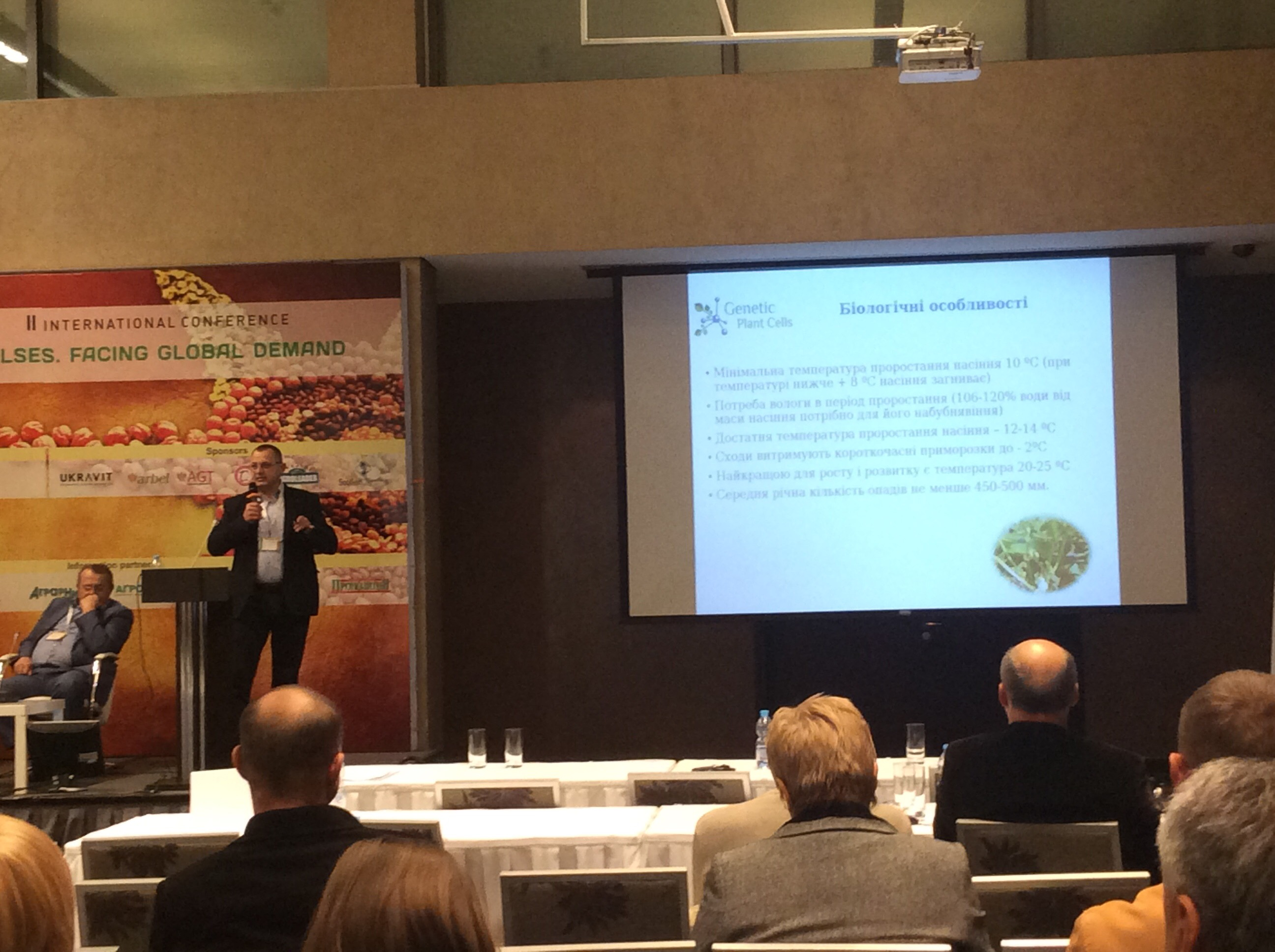 Представник компанії «Агролідер» ділиться досвідом вирощування квасолі